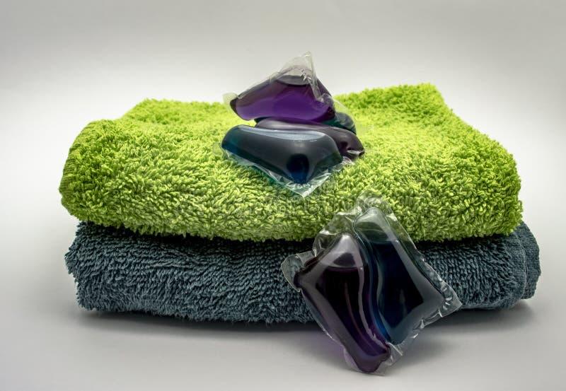 Barwiony gel dla myć w kapsułach na Terry ręcznikach zamyka w górę zdjęcia royalty free