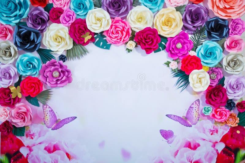 Barwiony kwiatu tło dla pisać Rama robić wysuszeni barwioni kwiaty na białym tle kosmos kopii kwitnie romantycznego P zdjęcia stock
