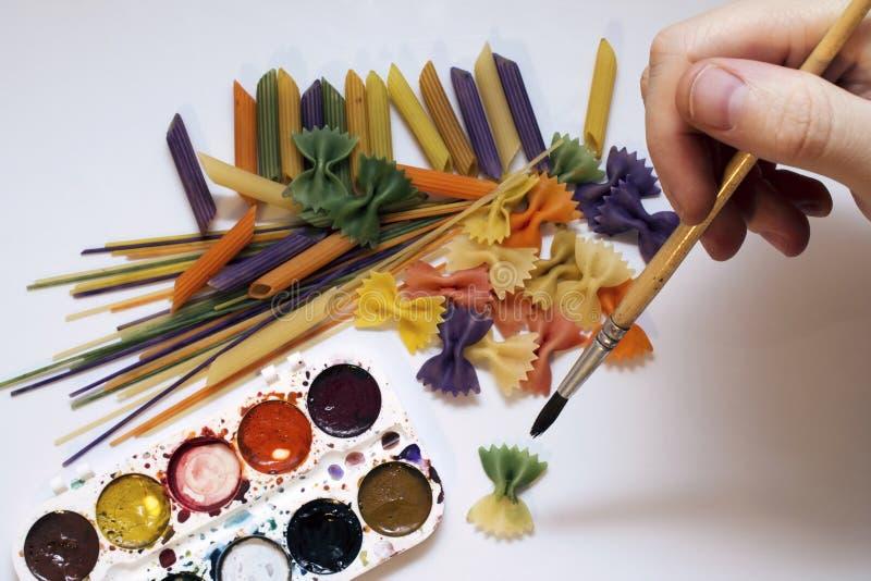 Barwiony makaron malujący w różnym koloru muśnięciu fotografia stock
