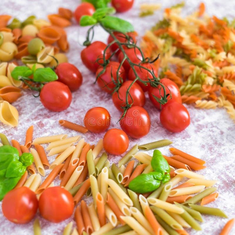 Barwiony makaron z czereśniowymi pomidorami obrazy stock