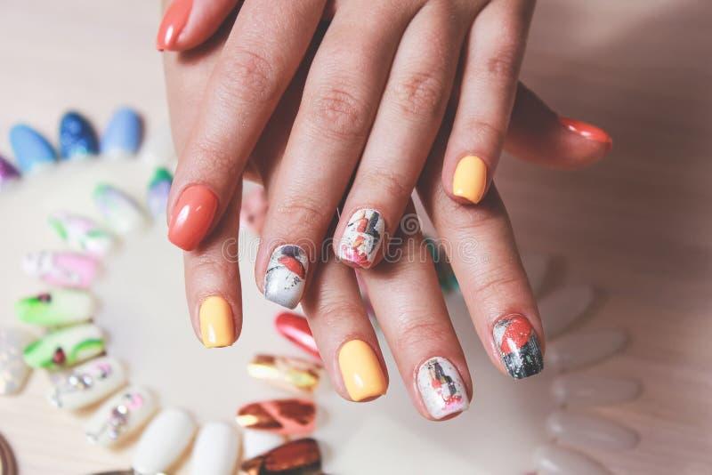Barwiony manicure na żeńskiej ręce obraz royalty free
