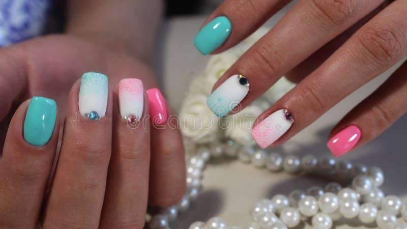 Barwiony manicure'u gwoździa projekt obrazy stock