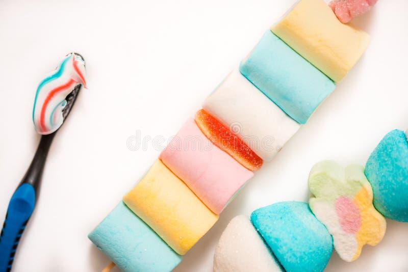 barwiony marshmelow, toothbrush zdrowe zęby pojęcie zdrowie dziecka i ranku oralna higiena zdrowa dentystyka lub szkodliwy nutr obraz stock