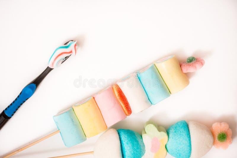 barwiony marshmelow, toothbrush zdrowe zęby pojęcie zdrowie dziecka i ranku oralna higiena zdrowa dentystyka lub szkodliwy nutr obrazy royalty free