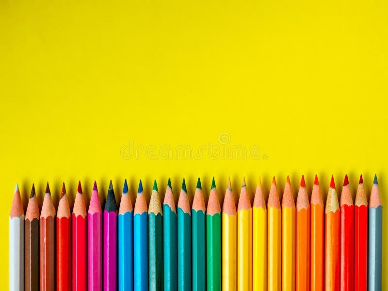Barwiony ołówek na koloru żółtego papieru tle dla rysunkowego koloru okręgu fotografia stock