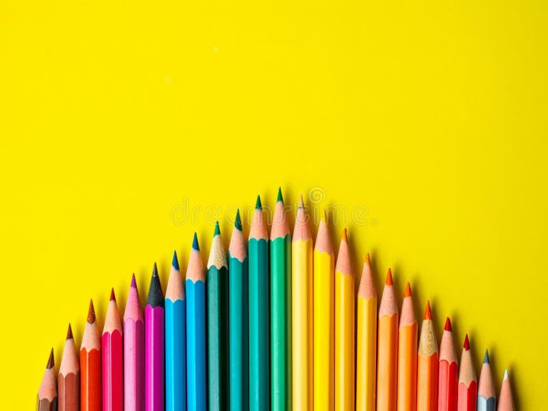 Barwiony ołówek na koloru żółtego papieru tle dla rysunkowego koloru okręgu zdjęcia stock