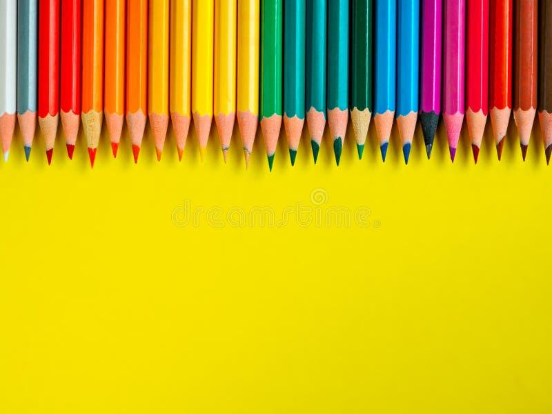Barwiony ołówek na koloru żółtego papieru tle dla rysunkowego koloru okręgu fotografia royalty free