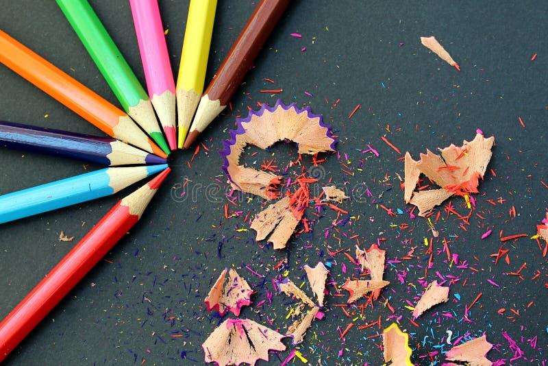 Barwiony ołówka ostrze ostrzył kłamstwo na stole z banialukami zdjęcia stock