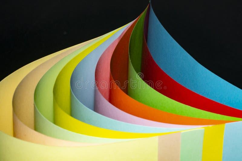 Barwiony papier, fałdowy w krzywie obraz stock