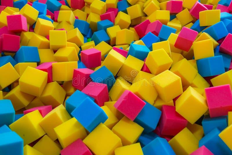 Barwiony piankowej gumy sześcianów tło zdjęcia royalty free