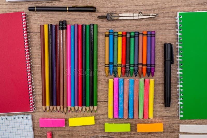 barwiony pisze kredą i ołówki na drewnianym tle zdjęcia royalty free