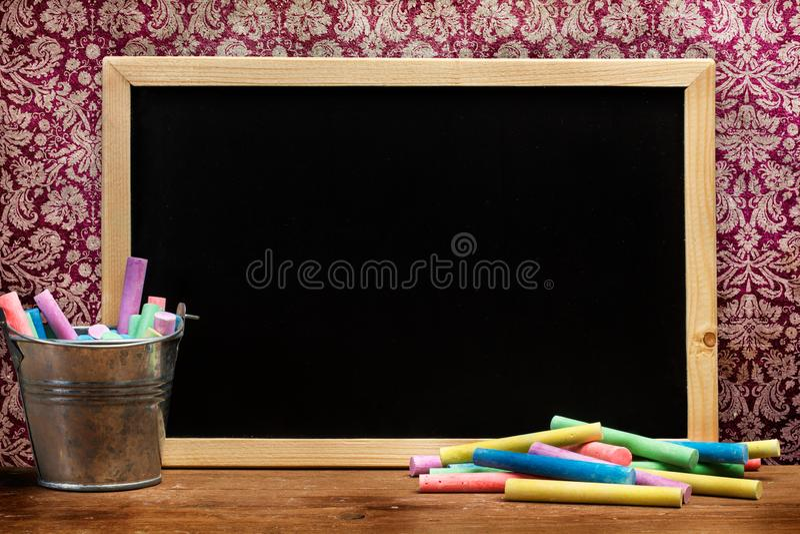 Barwiony pisze kred? i chalkboard obraz royalty free