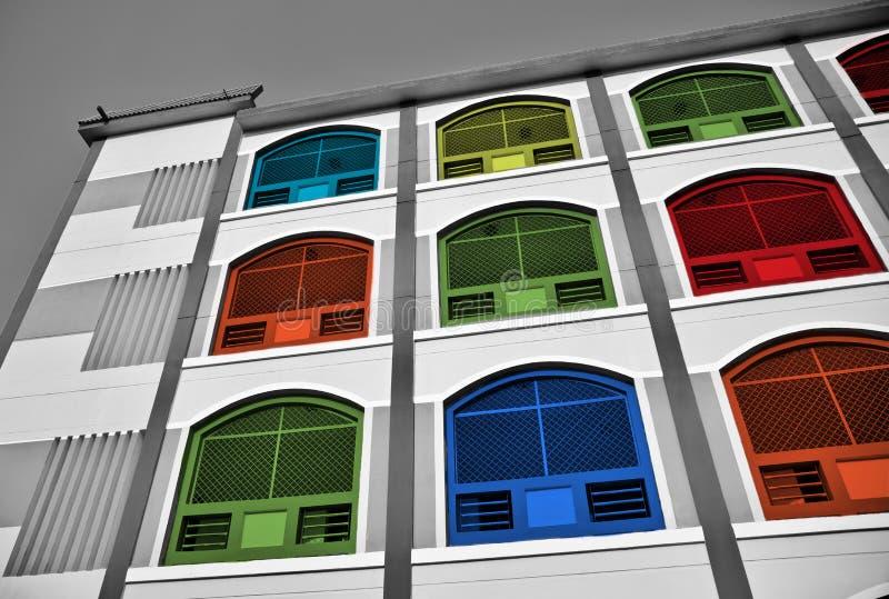 Barwny, wielowartościowy budynek wznoszący się w górę zdjęcia stock