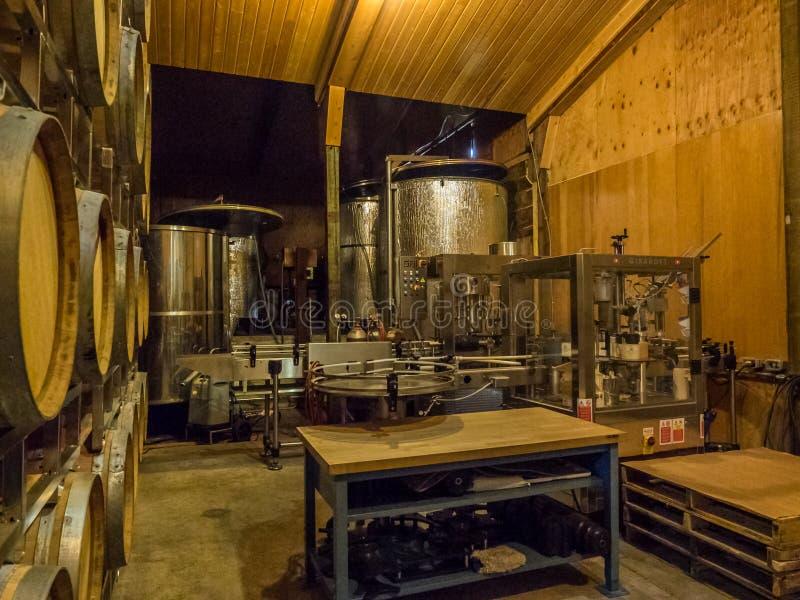 Baryłki wino w wytwórnia win lochu obraz stock