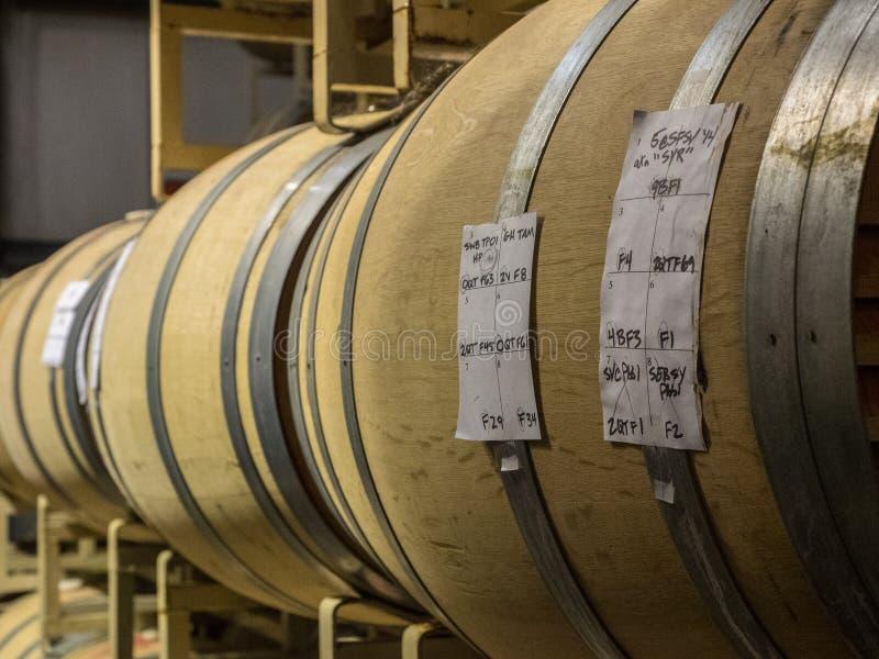 Baryłki wino w wytwórnia win lochu zdjęcie stock