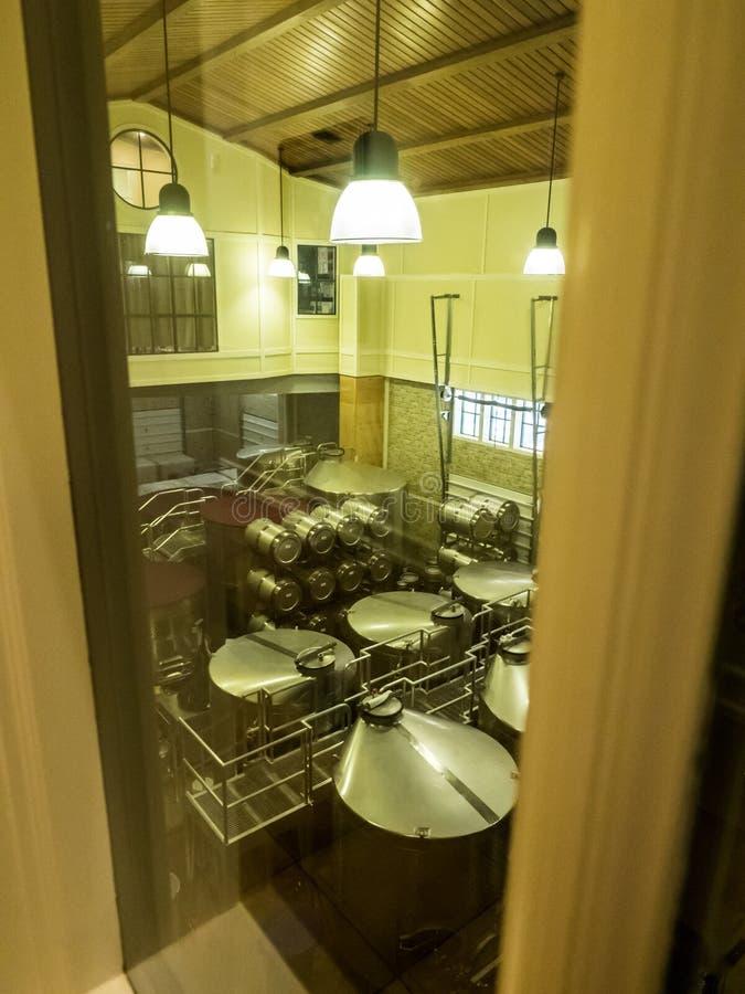 Baryłki wino w wytwórnia win lochu obrazy stock