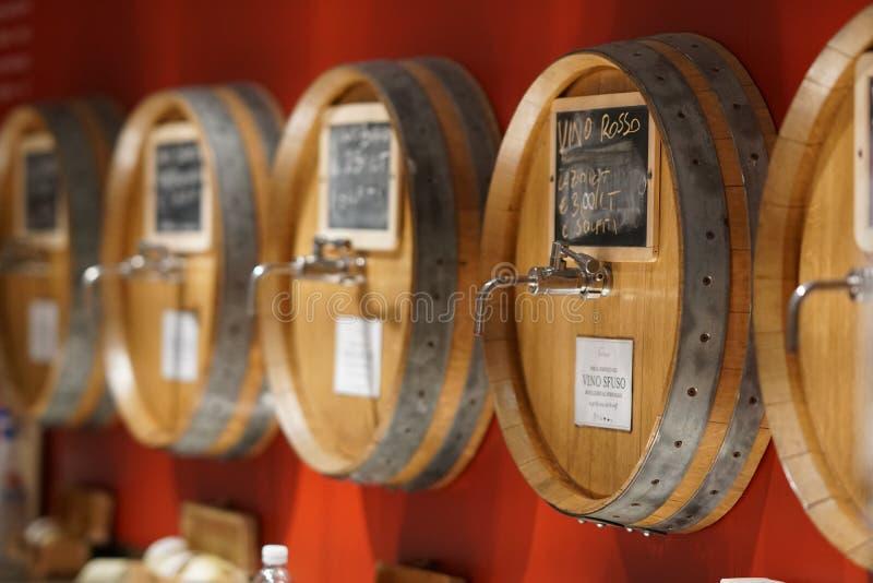 Download Baryłki czerwone wino obraz editorial. Obraz złożonej z beczka - 106916965