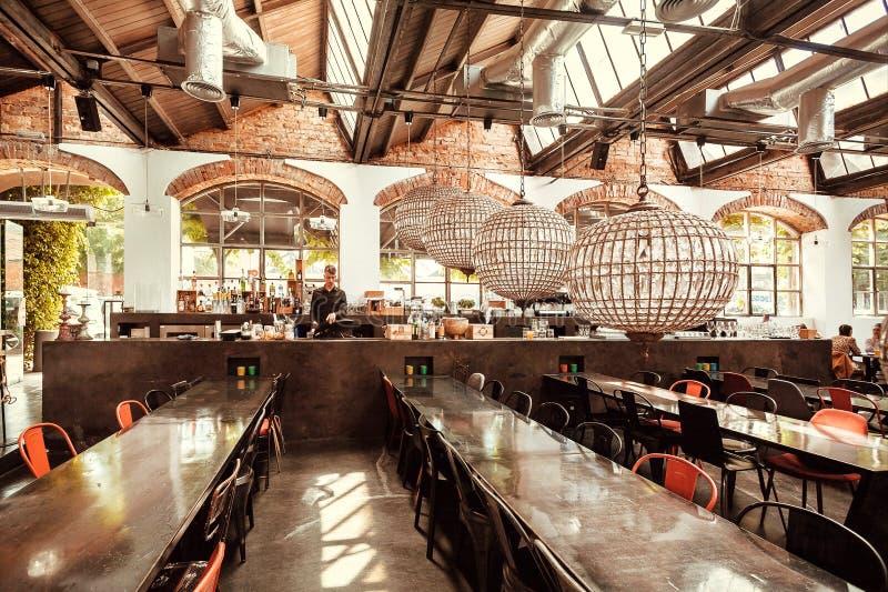 Barzähler mit Barmixer und Getränken innerhalb des Restaurants des modernen Entwurfs von Großstadt lizenzfreies stockbild