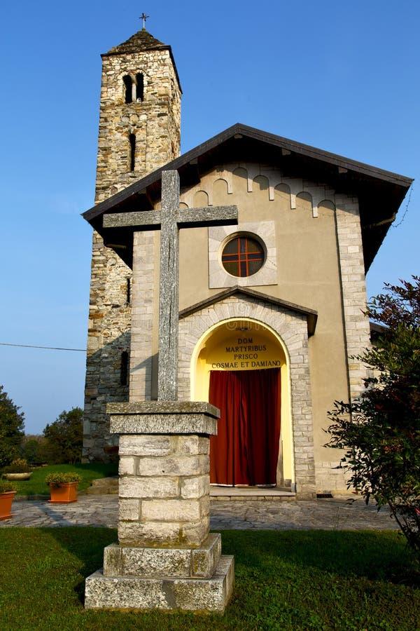 Barzola dans la vieille église a fermé la tour Lombardie de brique photos stock