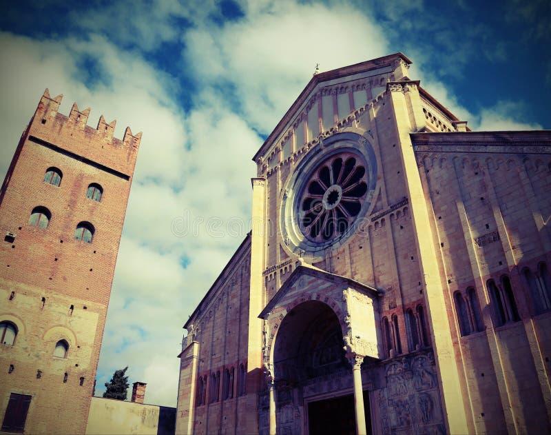 Basílica antiga de San Zeno em Verona em Itália com efeito da foto fotos de stock