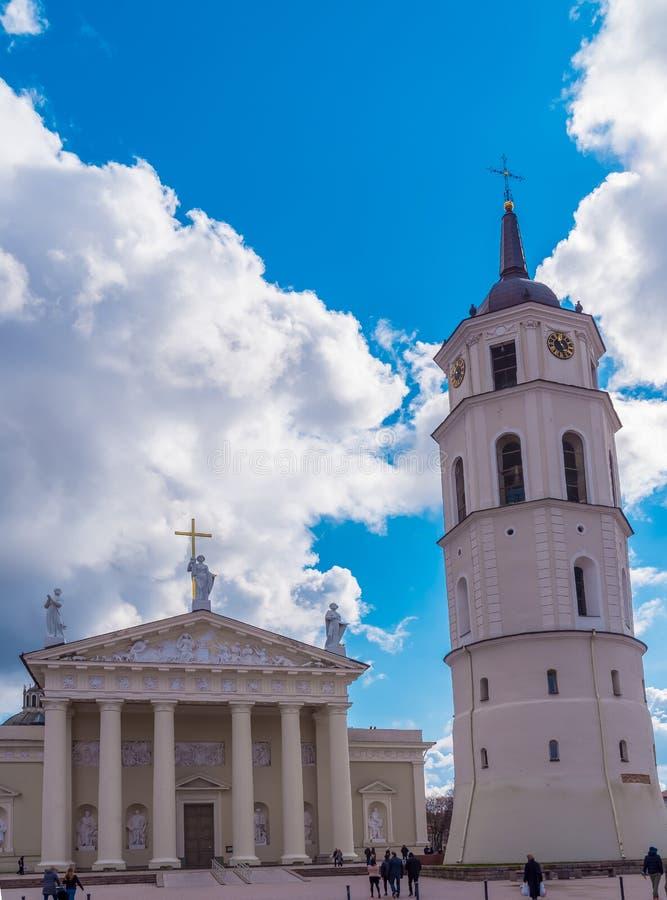 Basílica da catedral de St Stanislaus And St Vladislav With a torre de Bell Vilnius, Lituânia Europa fotografia de stock