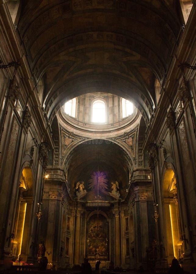 Basílica de Estrela, Lisboa, Portugal: el techo saltado, la bóveda y el presbiterio imagen de archivo
