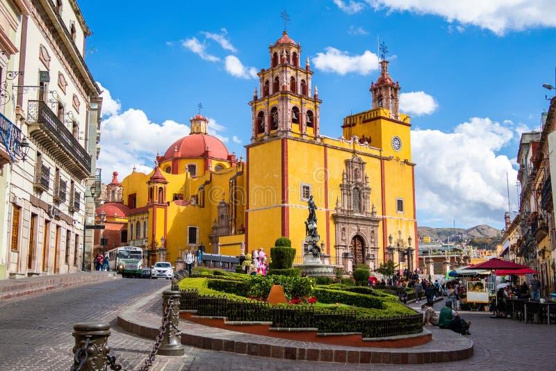 Basílica de nuestra señora de Guanajuato y de la plaza de ciudad de La Paz, Guanajuato, México fotografía de archivo libre de regalías