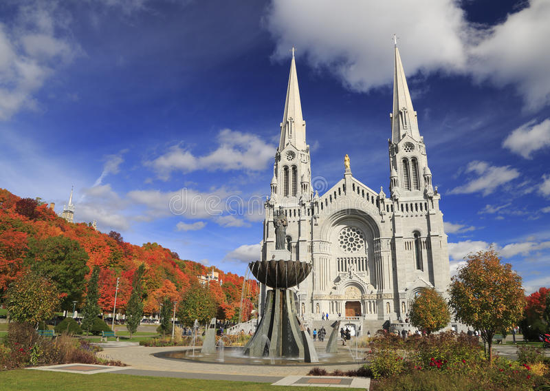 Basílica de Sainte-Anne-de-Beauprein autumn imagen de archivo