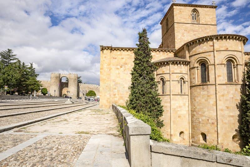 Basílica de San Vicente y la pared de la ciudad en la ciudad de Ávila imagen de archivo libre de regalías