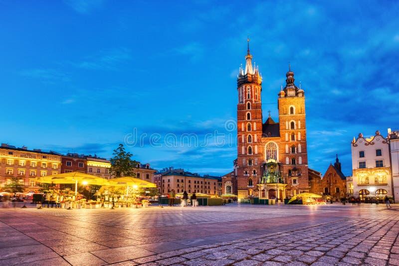 Basílica de Santa Maria na Praça Principal de Cracóvia, em Dusk, Cracóvia fotografia de stock royalty free