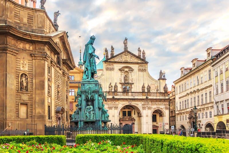 Basílica de St Francis de Assisi e um monumento a Carlos IV imagens de stock