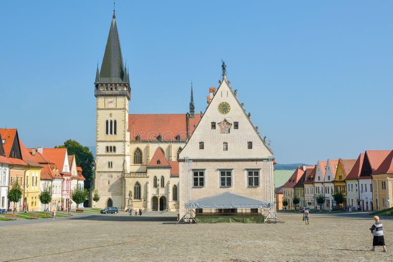 Basílica de St Giles e de câmara municipal na cidade pequena de Bardejov em Eslováquia do norte fotografia de stock royalty free