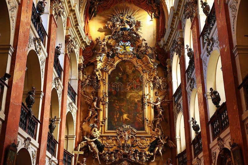 A basílica de St James (Checo: ¡ Ãho do tÅ do› de Jakuba VÄ do svatého de Kostel) na cidade velha de Praga, República Checa imagem de stock royalty free
