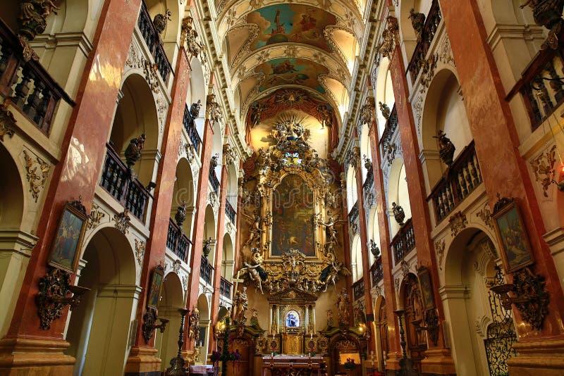 A basílica de St James (Checo: ¡ Ãho do tÅ do› de Jakuba VÄ do svatého de Kostel) na cidade velha de Praga, República Checa imagens de stock