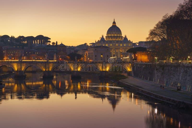 A basílica de Stpeter do Vaticano de Roma após a opinião do por do sol do rio Tibre e Saint Angelo constroem uma ponte sobre 4k imagem de stock
