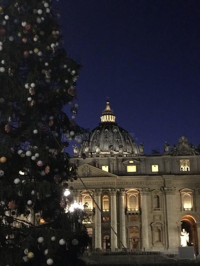 Basílica de StPeter y un árbol de navidad imagenes de archivo