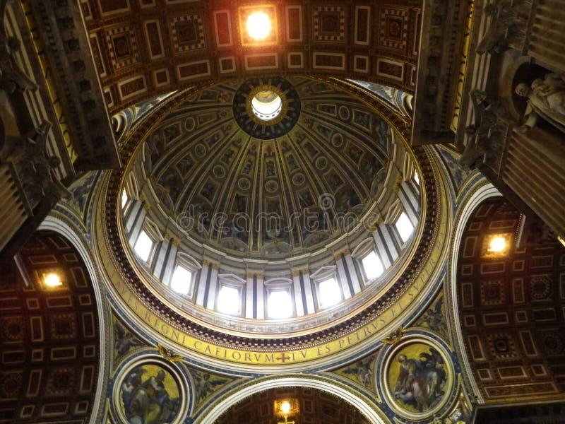 Basílica del ` s de San Pedro - opinión del interior la Ciudad del Vaticano de la bóveda, Italia imagenes de archivo