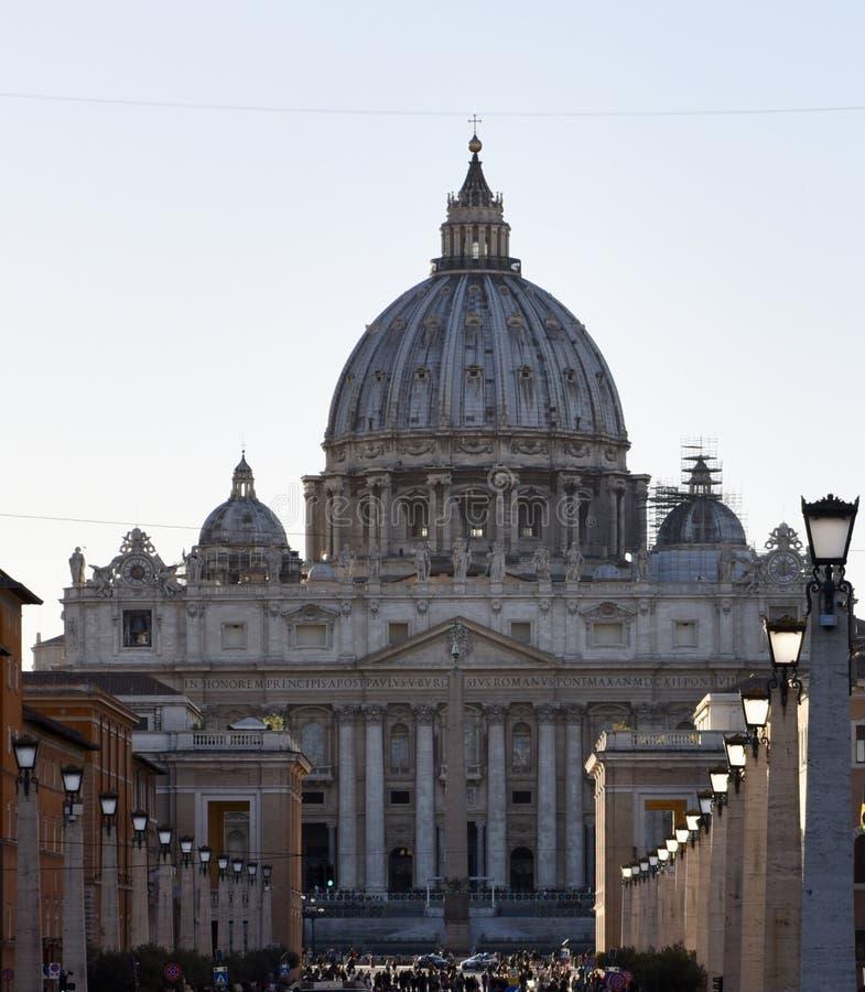 Basílica del St Peter's en la oscuridad foto de archivo