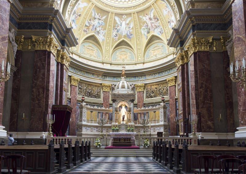 Basílica do St. Stephen, parte central com altar fotografia de stock