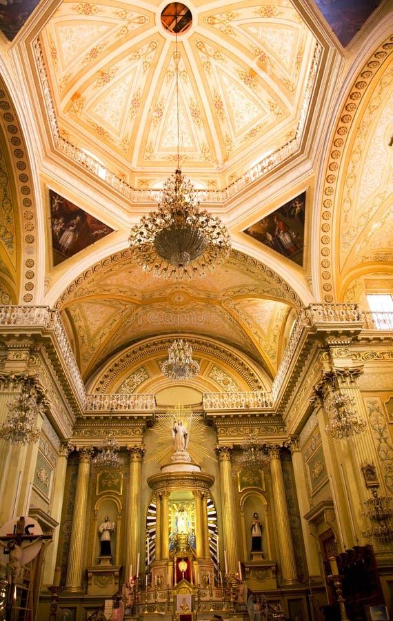 Basílica dourada Guanajuato México da abóbada da cor-de-rosa do altar imagem de stock