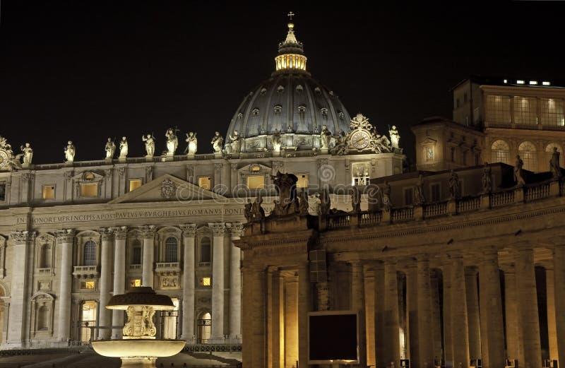 Basílica en la noche, Roma de San Pedro fotos de archivo