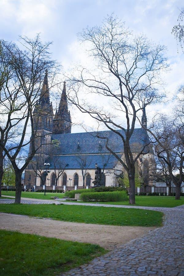Basílica gótico neo, fortaleza de Vysehrad em Praga, República Checa fotografia de stock