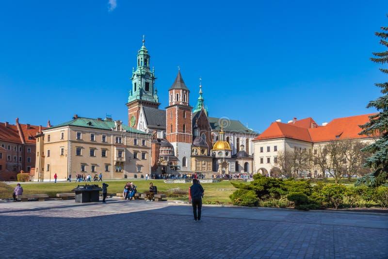 A basílica real de Archcathedral de Saint Stanislaus e Wenceslaus no monte de Wawel foto de stock
