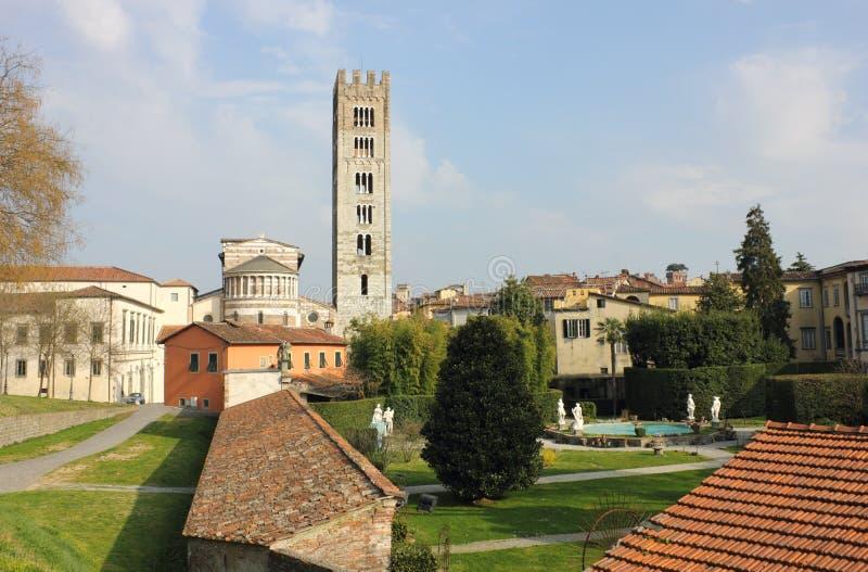 Basílica San Frediano con el palazzo Pfanner fotos de archivo