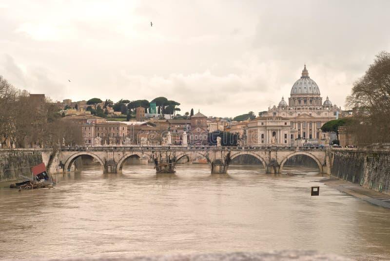 Basílica San Peter. Saint Angel Bridge e rio de Tibre fotos de stock royalty free