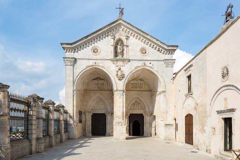 Basílica Santuario San Micaela en Monte Sant Angelo, Italia foto de archivo