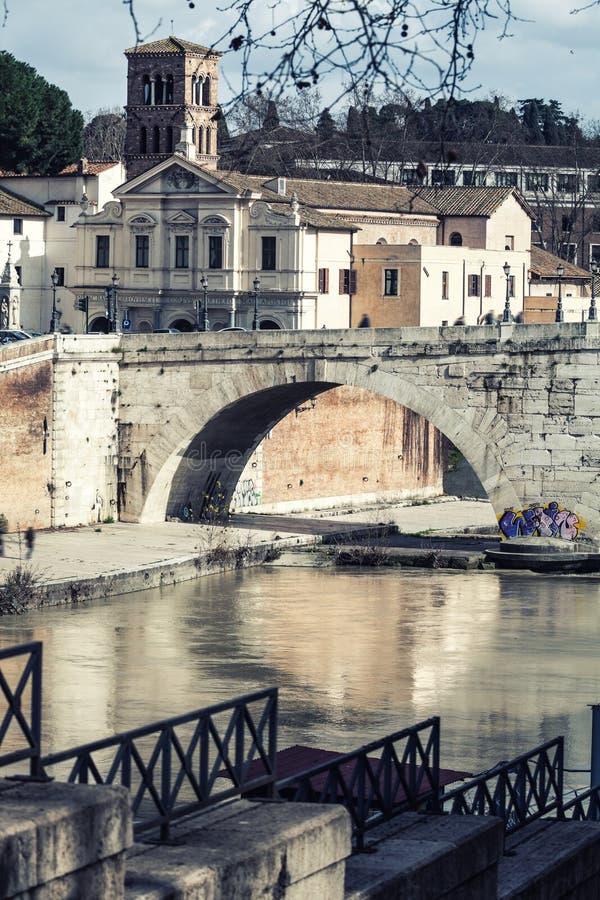 Basílica St Bartholomew, Pons Cestius, ilha de Tibre e rio Indicadores velhos bonitos em Roma (Italy) imagens de stock