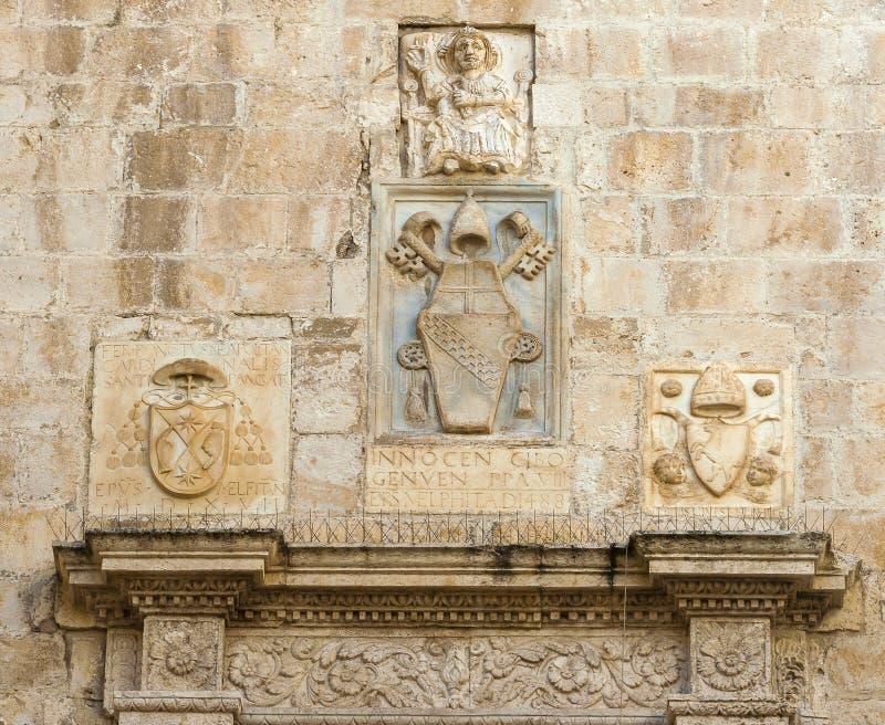 Bas-ανακουφίσεις της πέτρας με τη λατινική επιγραφή στοκ εικόνες