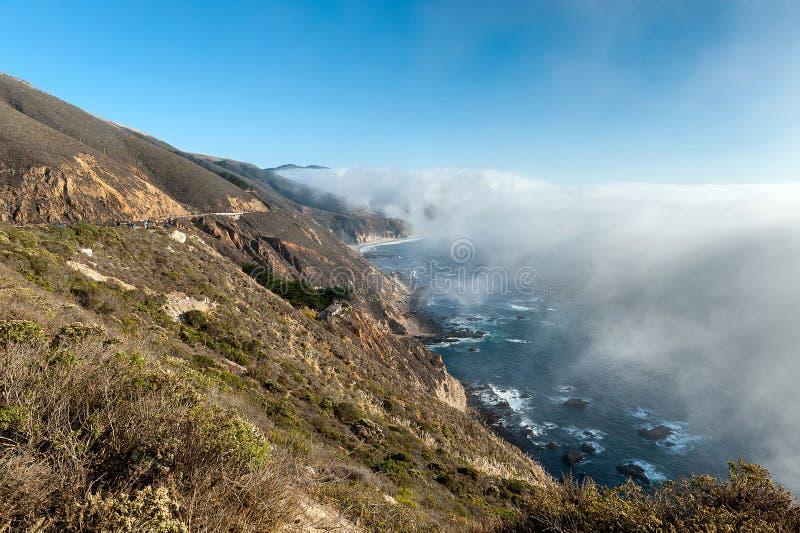 Bas brouillard sur la côte de l'océan pacifique, route 1, la Californie images libres de droits