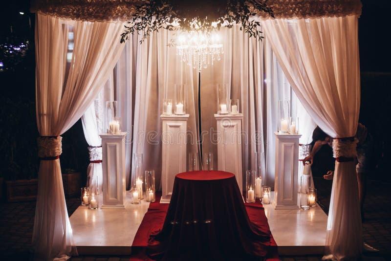 Bas-côté de lieu de rendez-vous de mariage avec des bougies dans les lanternes et la voûte en verre, étable photographie stock libre de droits